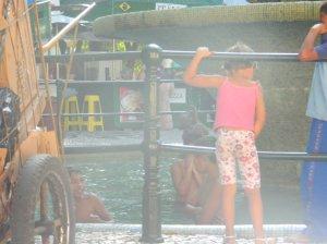 crianças nadando na fonte